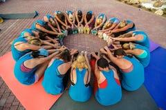 Eine Gruppe Eignungsleute team zusammen in einem Kreis für Erfolgsenergie, Teamwork-Erfolgskonzept stockfoto