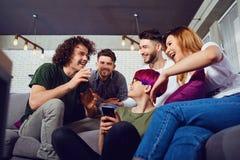 Eine Gruppe Freunde bei einer Sitzung zusammen sprechend im Raum lizenzfreie stockfotos