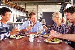 Eine Gruppe Freunde, die in einem Restaurant zu Mittag essen Lizenzfreies Stockfoto