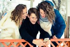 Eine Gruppe Freunde, die selfie in einem Gazebo im Park tun lizenzfreie stockbilder