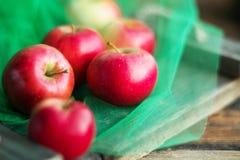 eine Gruppe frische Äpfel des roten Gartens auf natürlichem Konzept des hölzernen Hintergrundes für frische Naturkost und Vitamin Stockbild