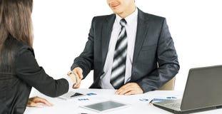 Eine Gruppe Geschäftsmänner, welche die Politik der Firma in t besprechen Lizenzfreie Stockfotografie