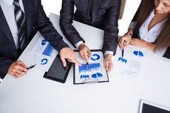 Eine Gruppe Geschäftsmanndiskussion Stockfoto