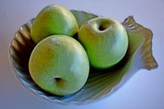 Eine Gruppe grüne Äpfel auf einem weißen Hintergrund lizenzfreies stockfoto