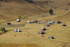 Eine Gruppe hölzerne traditionelle Häuser in den Apuseni-Bergen stockbilder