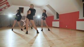 Eine Gruppe hübsche Frauen, die modernen Tanz im Studio tanzen stock video footage