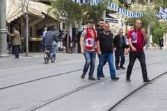 Eine Gruppe Hapoel-Fußballteamanhänger, die Jaffa-Straße in Jerusalem Israel vor ihrem Match mit Beitar Jerusalam kreuzen Stockbild