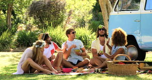 Eine Gruppe Hippie-Freunde, die Spaß zusammen haben stock footage