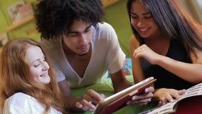 Eine Gruppe Hippie-Spaß unter Verwendung eines Tablet-Computers stock video