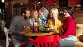 Eine Gruppe Hippies, die sch?ne Burger vom Schwarzbrot essen stock video