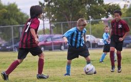 Eine Gruppe Jugend-Fußball-Spieler konkurrieren Stockfoto