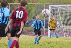Eine Gruppe Jugend-Fußball-Spieler konkurrieren Lizenzfreie Stockfotografie