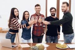 Eine Gruppe junge feiernde Büroangestellten lizenzfreie stockfotos