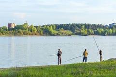 Eine Gruppe junge Fischer, die im Golf von Berdsk fischen lizenzfreie stockfotografie