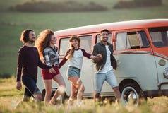 Eine Gruppe junge Freunde auf einem roadtrip durch Landschaft, gehend stockfotografie