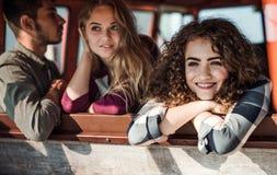 Eine Gruppe junge Freunde auf einem roadtrip durch Landschaft, schauend aus Fenster heraus stockfotos