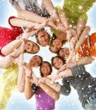 Eine Gruppe junge Jugendliche auf einem schneebedeckten Hintergrund stockbilder