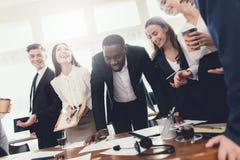 Eine Gruppe junge Leute hält Brainstorming im Büro stockfotos