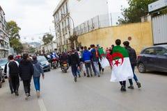 Eine Gruppe junge Leute mit Flagge lizenzfreie stockfotografie