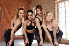 Eine Gruppe junge sportliche Mädchen, die in der Halle für das Tanzen stehen Weibliche Begleiter in der Turnhalle, entspannend na lizenzfreies stockfoto