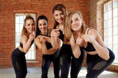 Eine Gruppe junge sportliche Mädchen, die in der Halle für das Tanzen stehen Weibliche Begleiter in der Turnhalle, entspannend na lizenzfreie stockfotos