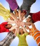 Eine Gruppe junge teenages, die Hände zusammenhalten lizenzfreie stockfotografie