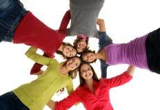 Eine Gruppe junge zusammenhaltene Jugendlichen stockbild