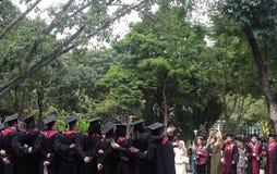 Eine Gruppe jungen Leute, die vom College graduieren Lizenzfreie Stockbilder