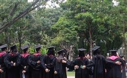 Eine Gruppe jungen Leute, die vom College graduieren Lizenzfreies Stockfoto