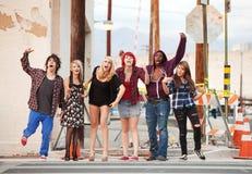 Eine Gruppe junger verärgerter PunkTeenager Stockbilder