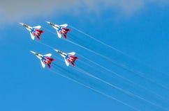 Eine Gruppe Kampfflugzeug vier im blauen Himmel mit Rauche Russland Moskau im August 2015 Lizenzfreie Stockfotos