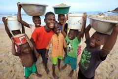 Eine Gruppe Kinder auf dem Strand in Accra, Ghana Lizenzfreie Stockfotografie