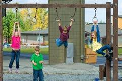 Eine Gruppe Kinder auf einem Spielplatz Lizenzfreie Stockfotografie
