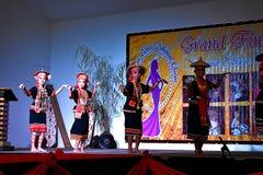 Eine Gruppe Kinder, die einen Bidayuh-Tanz während des ethnischen Schönheitswettbewerbs in Kuching, Sarawak durchführen lizenzfreie stockfotografie