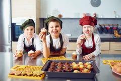 Eine Gruppe Kinder kochen in der Küche lizenzfreie stockbilder