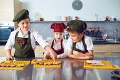 Eine Gruppe Kinder kochen in der Küche stockfoto