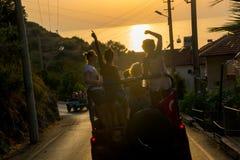 Eine Gruppe Männer und Frauen fahren durch die Berge Lizenzfreie Stockfotos