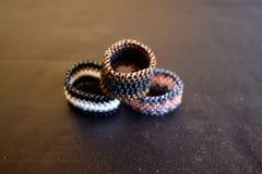 Eine Gruppe perlenbesetzte Ringe Stockbilder