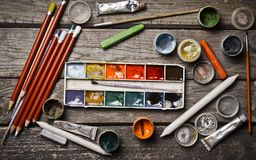 Eine Gruppe Produkte für das Zeichnen und Kreativität auf einem Holztisch Gouache, Ölgemälde, Aquarellfarben, Zeichenstifte, Blei Stockfotografie