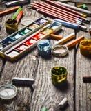 Eine Gruppe Produkte für das Zeichnen und Kreativität auf einem Holztisch Rustikale Art Lizenzfreies Stockfoto