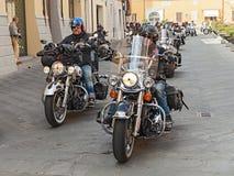 Eine Gruppe Radfahrer, die Harley Davidson reiten Stockfotografie