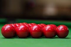 Eine Gruppe rote Snookerbälle Stockbilder