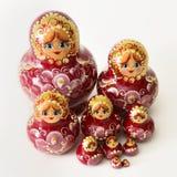 Eine Gruppe russische hölzerne Puppen Stockbilder