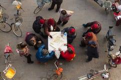Eine Gruppe Senioren, die mahjong auf der Straße spielen lizenzfreie stockfotos