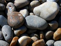 Eine Gruppe Steine auf Sidmouth-Strand in Devon, England stockbilder