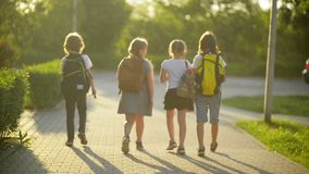 Eine Gruppe Studenten-Rückkehr zur Schule zusammen Sie haben viel Spaß miteinander sprechend stock video footage