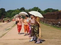 Eine Gruppe thailändische traditionelle Kostüme der Frauenabnutzung stockfotos
