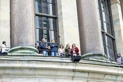 Eine Gruppe Touristen übersehen die Kolonnade von Kathedrale St. Isaacs, St Petersburg, Russland, im September 2018 lizenzfreie stockbilder