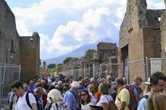 Eine Gruppe Touristen auf einem Sightseeing-Tour in Pompeji Lizenzfreie Stockfotos