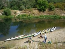 Eine Gruppe Touristen, die Kayak fahrend auf dem Fluss gehen stockbild